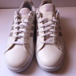 White grand court cloud foam adidas size 9.5